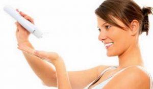 Mulher-passando-hidratante