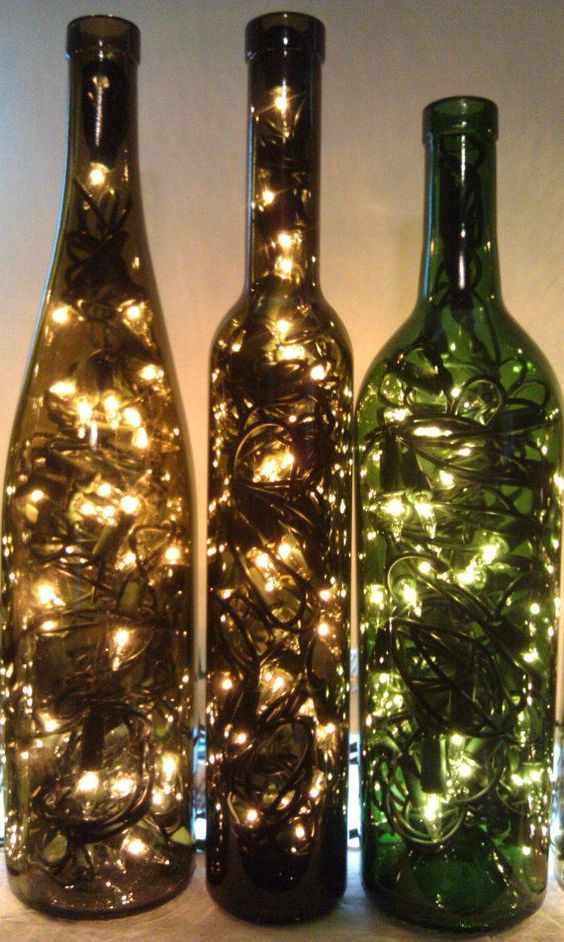 garrafa de vinho e pisca pisca sem uso