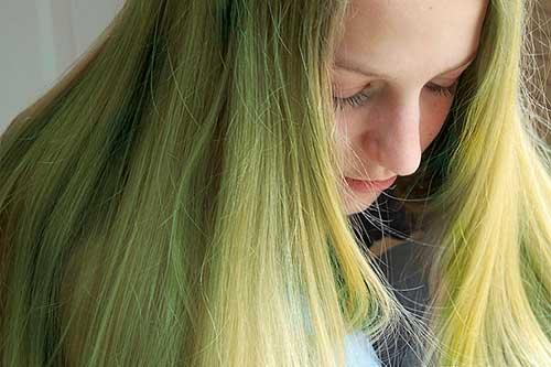 cabelo-verde-de-piscina-como-tratar