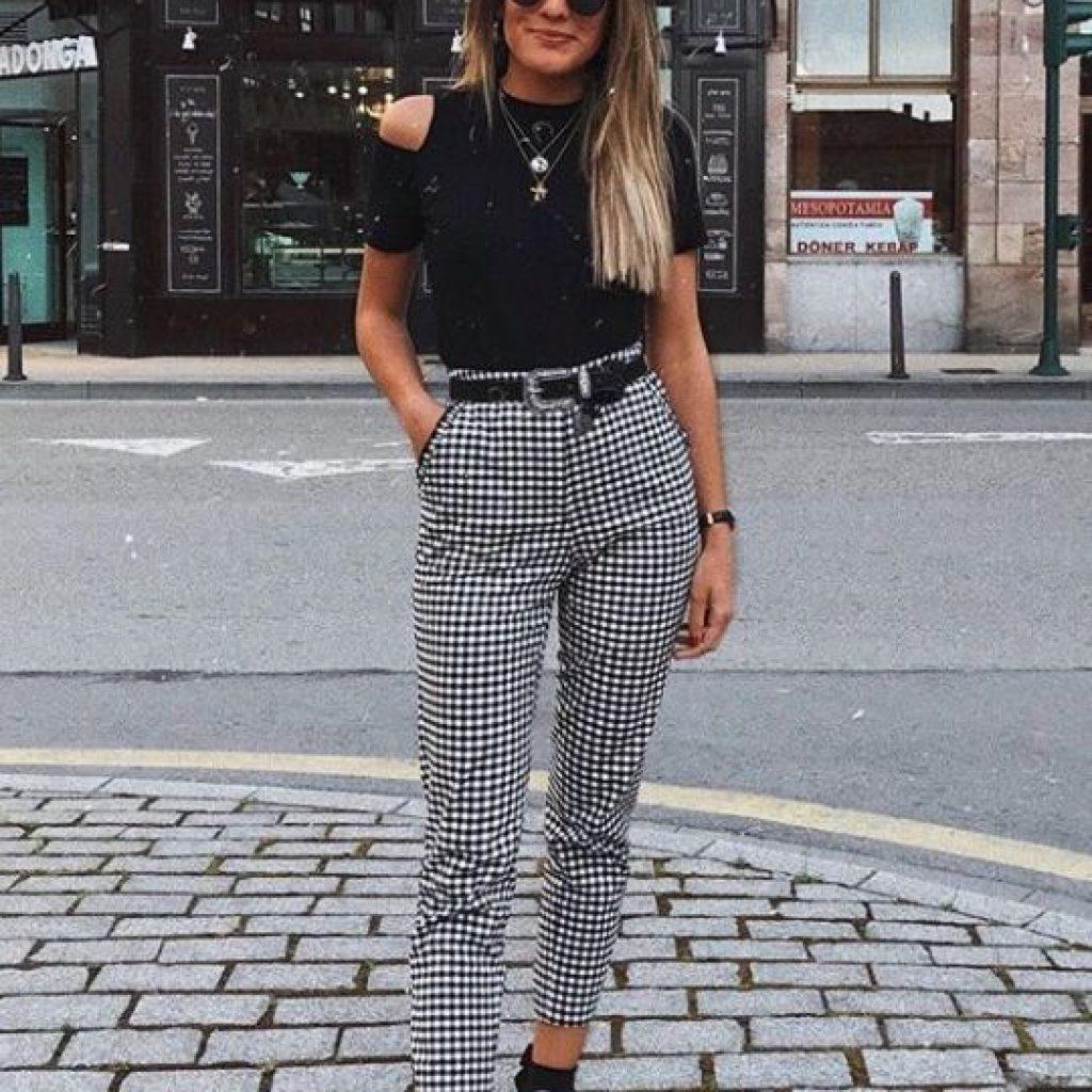 A foto mostra um look com blusa preta, uma das peças versáteis da moda feminina