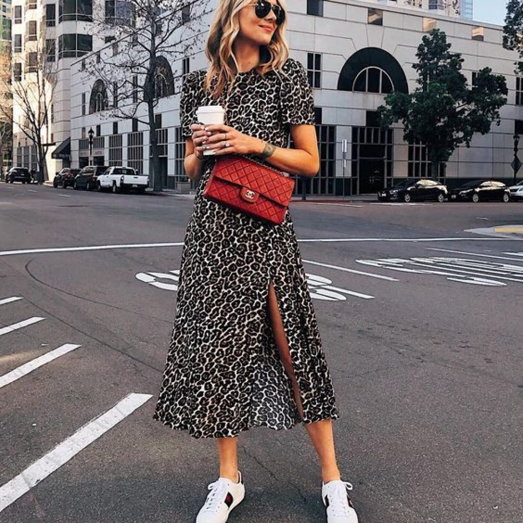 A foto mostra um look com vestido midi, uma das tendências da Primavera 2019