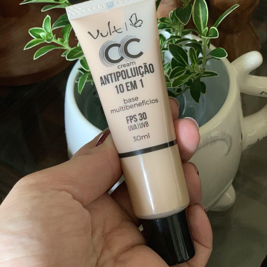 A foto mostra a embalagem do CC Cream Antipoluição 10 em 1 da Vult