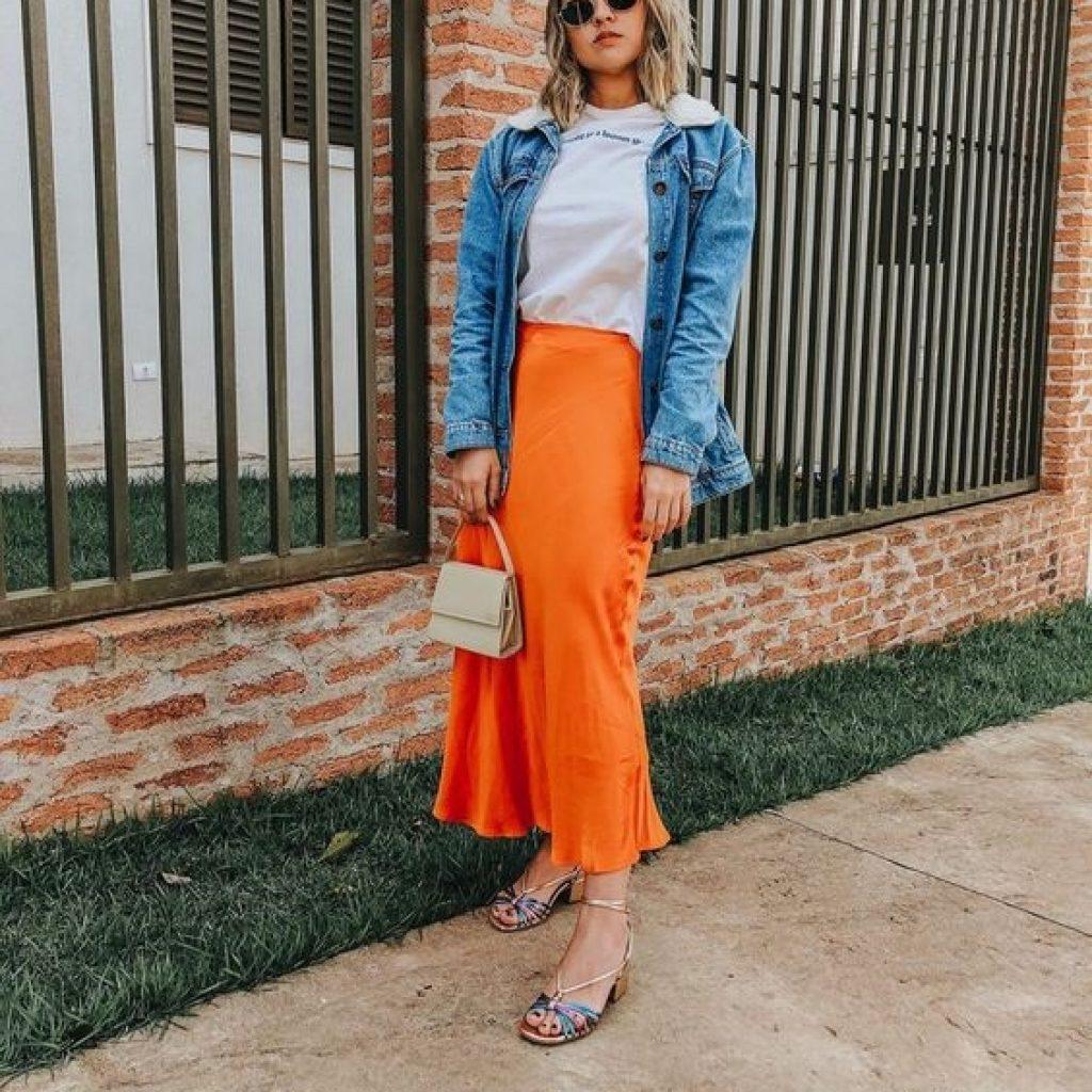 A foto mostra um look com sandália metalizada, uma das tendências do verão 2020