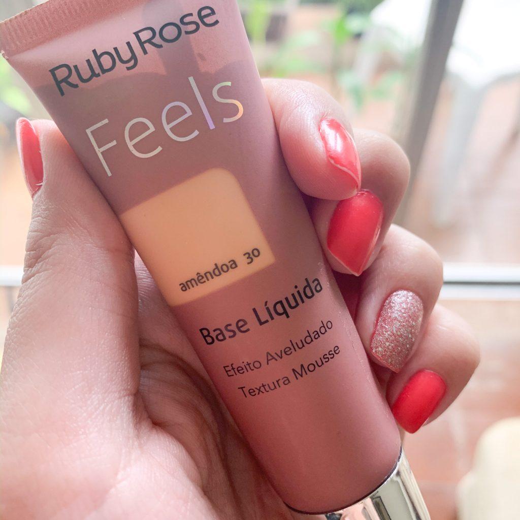 A foto mostra a embalagem da Base Feels da Ruby Rose
