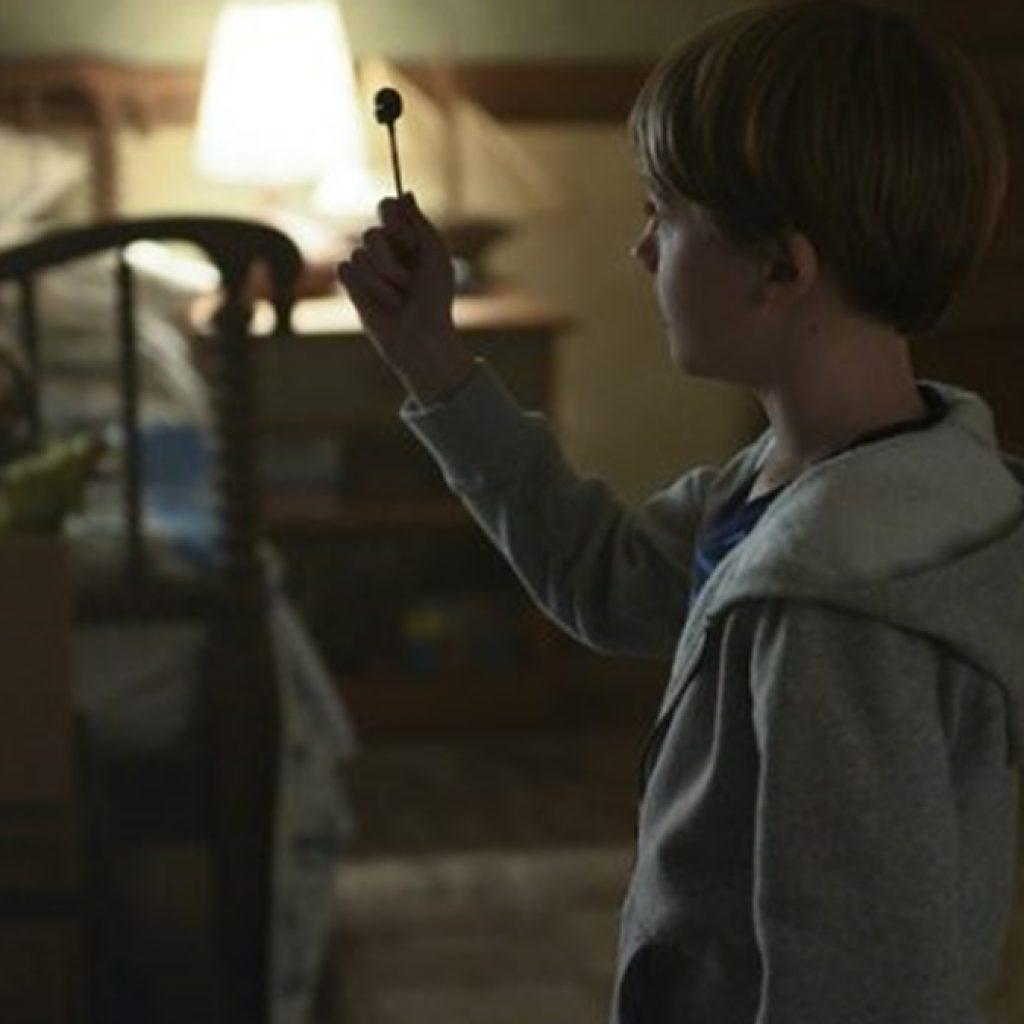 A foto mostra uma cena de Locke & Key, uma série para ver nas férias