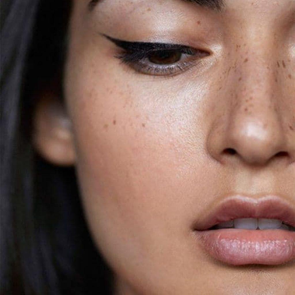 A foto mostra uma maquiagem com olho delineado