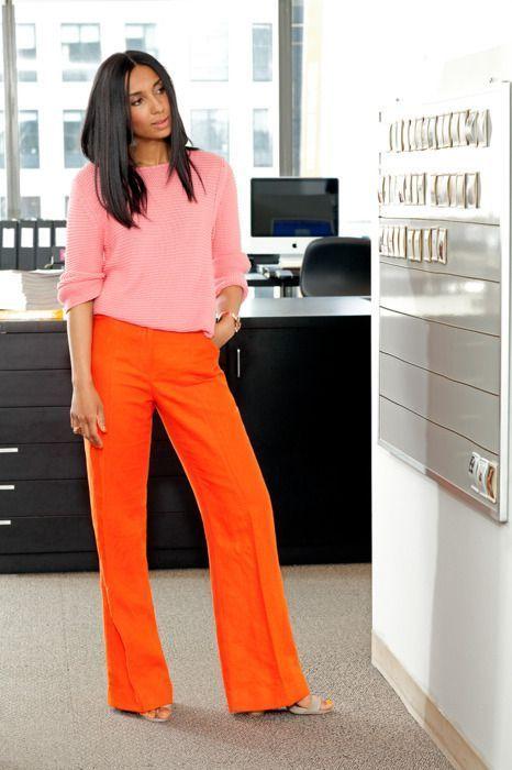 A foto mostra um tipo de look usando as cores rosa e laranja