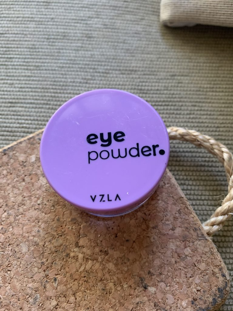 A foto mostra a embalagem do Eye Powder
